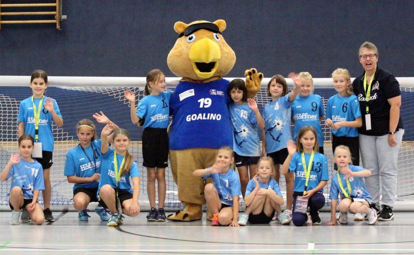Jugendspielerinnen von PÄD laufen mit Goalball-Nationalmannschaft ein